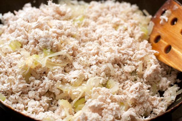 Куриное мясо измельчите с помощьюю мясорубки или блендера, добавьте луково-сельдерейную смесь.