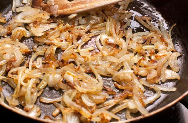 Пока варится картошка, приготовьте к ней вкусное дополнение в виде жареного лука. Нарежьте его тонкой соломкой и обжарьте, постоянно помешивая, до золотисто-коричневого цвета.