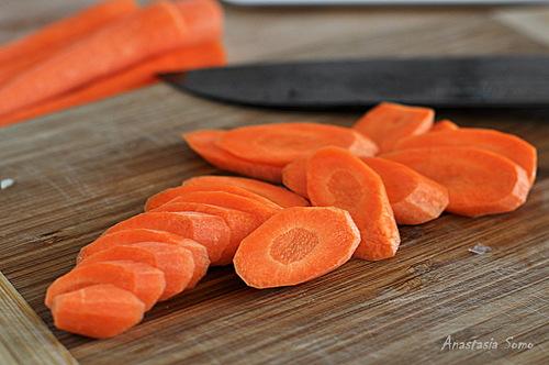 Промыть рис. Морковь нарезать кружками по диагонали, затем соломкой.