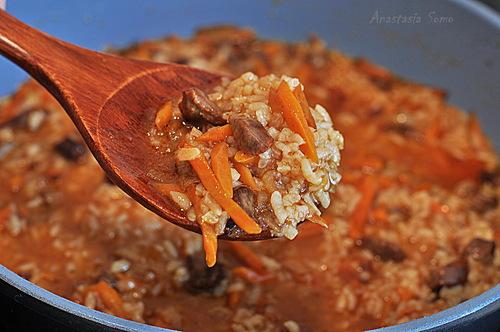 Рис должен свариться, но немного жидкости должно остаться, это наш соус.  Подаём с луком, едим ложками. Приятного аппетита!    P.S. Летом в Шавлю добавляют помидоры, а зимой курагу.