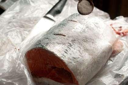 Смешайте соль и сахар в отдельной емкости в пропорции 2:1. Используйте крупную или среднюю морскую соль, она будет более равномерно просаливать рыбу.  На килограмм сёмги используется 2 столовые ложки соли и одна ложка сахара, так что взвесьте рыбу и отмеряйте нужное количество соли и сахара.