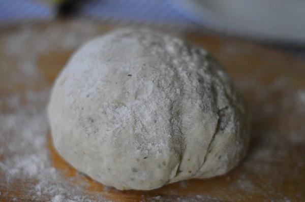 Вымесить тесто на доске, присыпав ее мукой. Чем лучше Вы вымесите, тем скорее подойдет тесто, и все получится.  Отставить тесто подойти.