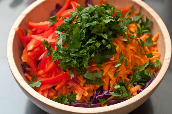 Листья петрушки измельчите и добавьте в салат.  Для заправки смешайте масло, лимонный сок, соль и перец до однородности. Полейте ей салат и перемешайте.