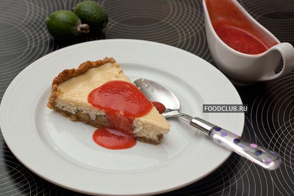 Готовый пирог подавайте с клубничным соусом.  Приятного чаепития!
