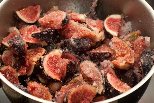 Осторожно перемешайте ягоды с сахаром и оставьте на 20-30 минут, чтобы выделился сок.