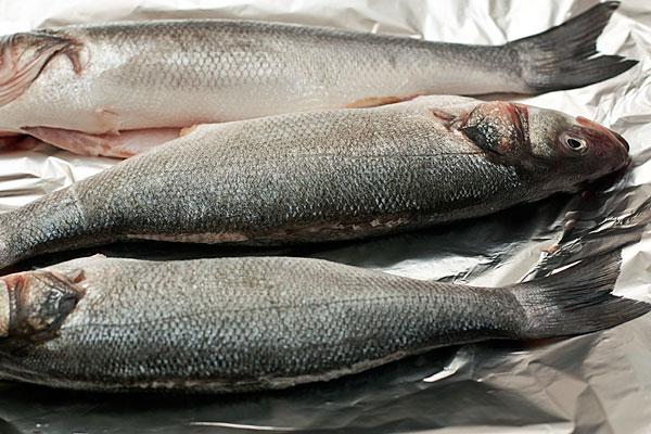 Выпотрошите и почистите рыбу, промойте холодной водой и обсушите бумажным полотенцем.