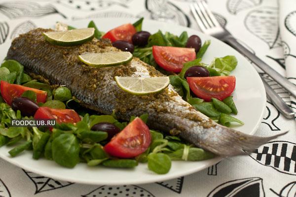 Подавайте рыбу горячей, со свежим салатом, дольками лимона или лайма.