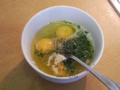 Смешать в чашке яйца, порезаный укроп и молоко. Посолить