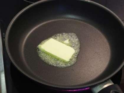 Нагреть сковороду и положить на нее сливочное масло
