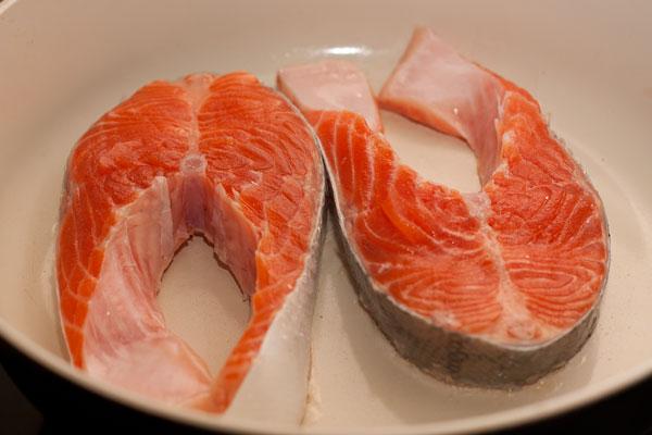 Рыбу разрежьте на стейки, посолите, поперчите и жарьте на сухой сковороде.