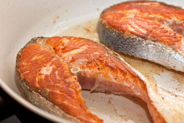 Поджарьте до румяной корочки. Не пересушивайте, хотя в данном случае соус поможет спасти даже чуть пересушенную рыбу или мясо.