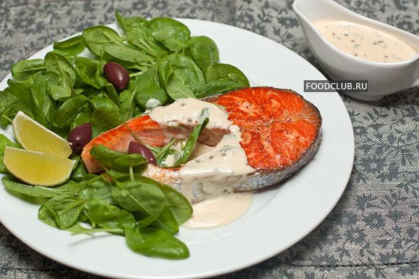 Соус можно подавать теплым или охлажденным. К рыбе  лучше всего подать зеленый салат.