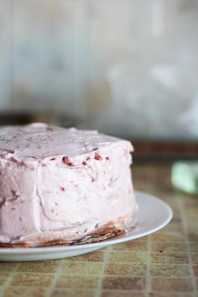 Оставшимся малиновым кремом покрываем тортик.