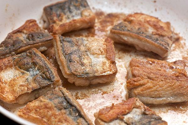 Сковороду хорошо разогрейте и обжарьте рыбу с обеих сторон на огне выше среднего до светло-коричневого цвета.