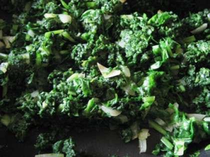 На сковороде на подсолнечном масле сначала обжарить до золотистого цвета лук. Затем добавить шпинат и потушить около 6 минут. Шпинат должен стать мягким. Добавить соль и специи. Пусть шпинат остынет.