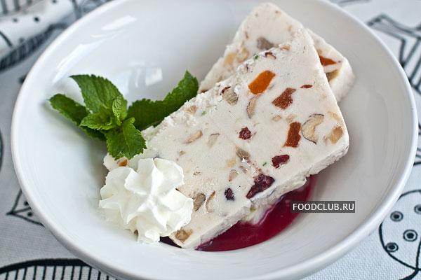 Перед подачей рекомендуется 20-30 минут подержать семифредо в холодильнике или даже при комнатной температуре, чтобы оно было более мягким.  При подаче можно украсить десерт фруктовыми сиропами, взбитыми сливками, мятой или миндальными лепестками.