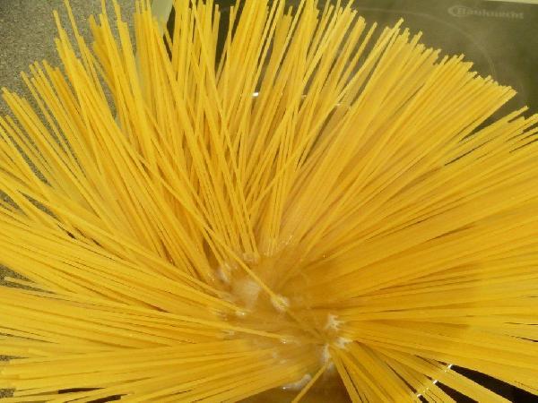 В закипевшую и подсоленную воду бросаем спагетти и варим до состояния al dente.