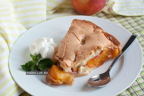 Дайте немного остыть, затем нарежьте и подавайте. Хорошим дополнением к пирогу с персиками будет ванильное мороженое или взбитые сливки.