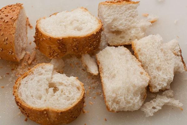 Высушенный белый хлеб измельчите в крошку при помощи блендера. Отдельно измельчите миндаль.