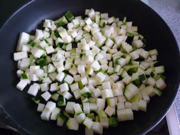 Нарезаем цуккини маленькими кубиками. На сковороду наливаем оливковое масло. Выкладываем на нее кубики цуккини. Жарим минуты 3-5 на сильном огне. Солим. Цуккини ни в коем случае не должны превратиться в кашу, т.е. стать слишком мягкими. Они по-прежнему должны держать форму, так сказать:)
