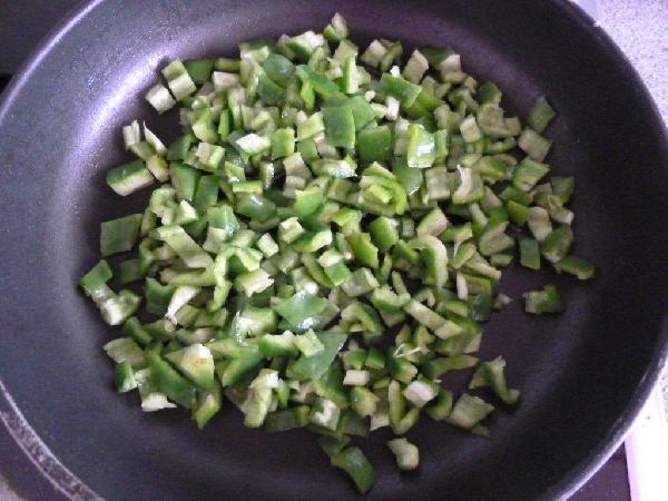 Перец режем теми же самыми кубиками :) В сковороде обжариваем на оливковом масле 3 минуты. Огонь должен быть сильным. Можете даже 2 минуты жарить, зависит от перца. Он в любом случае должен сохранить форму и структуру, просто стать немного мягче чем сырой. Солим.