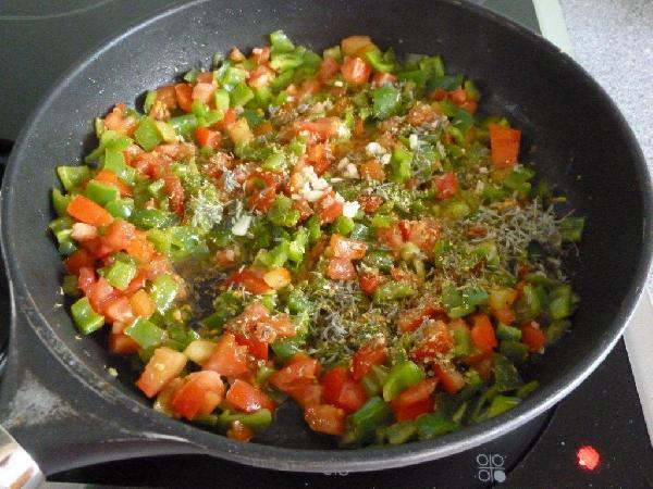 На данном этапе делаем все точно так же как с помидорами, добавленными к цуккини. Главное не держать помидоры на огне. Их достаточно добавить в горячую сковороду к перцам или цуккини, один раз перемешать и снимать с огня. Температура в сковороде еще достаточно высокая для того, чтобы ароматы чеснока, орегано и тимьяна начали проявлять себя в полную силу, но уже не настолько высокая, чтобы сделать из помидоров кашу. А каша нам совсем не нужна:)  Поджариваем кусочки хорошего белого хлеба (на гриле, на сковороде, в тостере в конце концов) и выкладываем на еще горячий хлеб овощи. Обязательно украшаем листиками свежего базилика (ну, или сушеного, если нет свежего). Buon appetito!