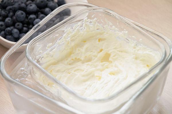Сливки взбейте в высокой ёмкости. Т.к. они значительно лучше взбиваются на холоде, ёмкость лучше поставить в другую, побольше, куда налить холодной воды и положить лёд из морозилки. Сами сливки можно также убрать в морозилку на 15 минут перед самым взбиванием.<br><br>    Во время взбивания увеличивайте скорость миксера постепенно, чтобы жидкие сливки не забрызгали всё вокруг. Не останавливайтесь пока сливки не станут очень плотными. Как и на этапе взбивания яиц, терпение — наш лучший друг :)