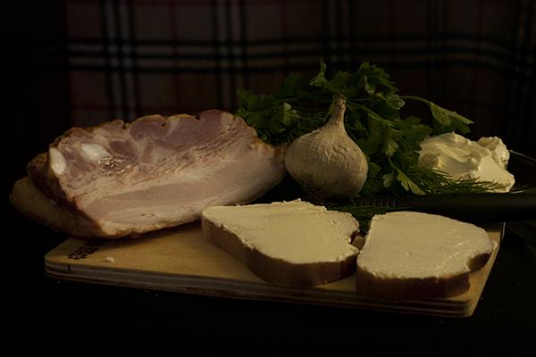Итак, приступим. В моем рецепте хлеб был уже нарезанный, но если по какой-то причине хлеб у вас не в нарезке - отрезаем кусочек. И намазываем его маслом - это легко сделать с помощью ножа. Намазываем аккуратно, чтобы хлеб не выпал из рук и ни в коем случае не порежьтесь! Масло может быть любым.