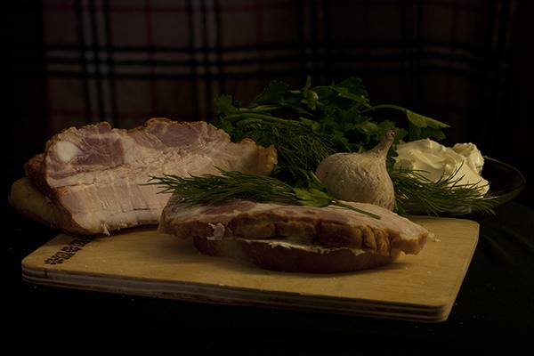 И последний, заключительный этап: выкладываем кусок грудинки на хлеб с маслом и чесноком. стараемся класть ровно и чуть прижимаем.   Далее я советую украсить это произведение кулинарного искусства свежей зеленью.   Приятного аппетита!  Если есть какие-то вопросы по процессу приготовления - задавайте их, не стесняйтесь.