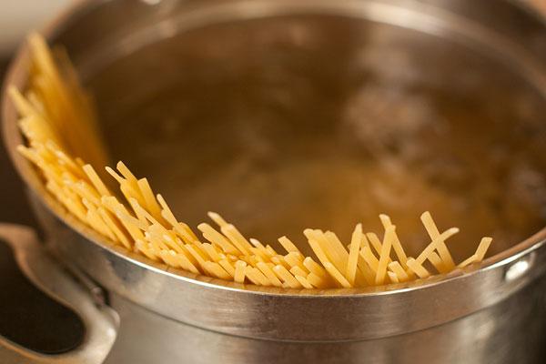 Вскипятите подсоленную воду в большой кастрюле, положите спагетти (или лингвини) и варите на 1 минуту меньше, чем написано на инструкции к упаковке.