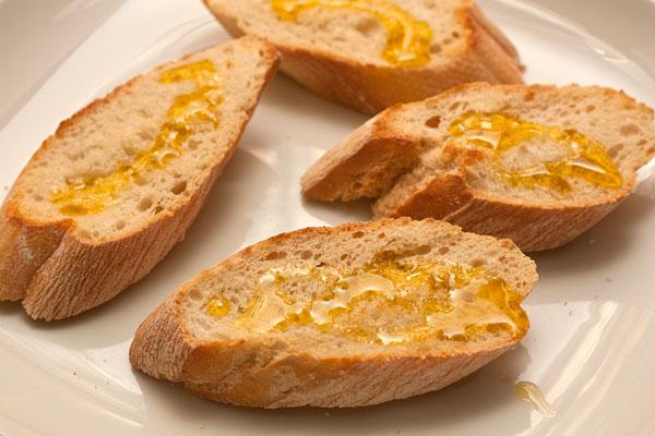 Полейте нерафинированным оливковым маслом.