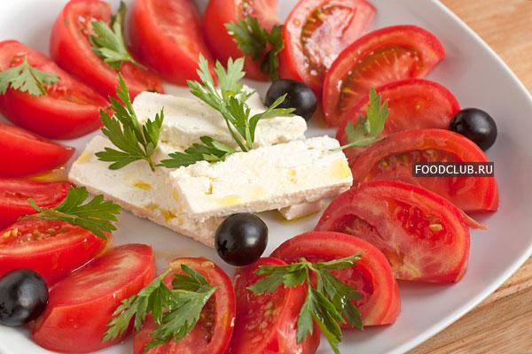 На свободные места поместите маслины. Идеально, если маслины будут с косточками и не из консервной банки, а из настоящего бочкового рассола.  Немного полейте салат нерафинированным оливковым маслом и подавайте.