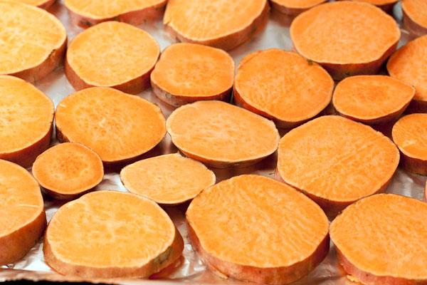Разложите кружки на противне, смазанном маслом или покрытом бумагой для выпечки, в один слой.
