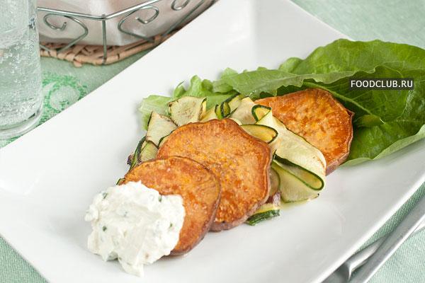 На широкую тарелку положите салатные листья, кружок батата, затем цуккини, потом опять 1-2 кусочка батата. Сверху украсьте шариком сырного крема и подавайте.