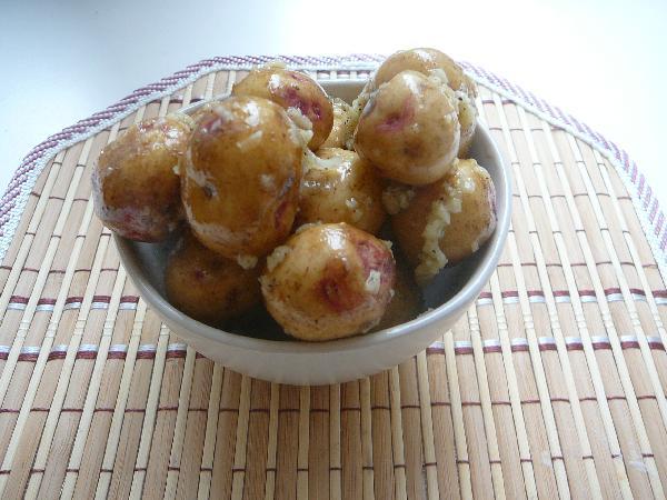 Равномерно обмазываем картофель чесночной смесью. Кусочки чесночка на приготовленном картофеле будут очень приятно хрустеть.