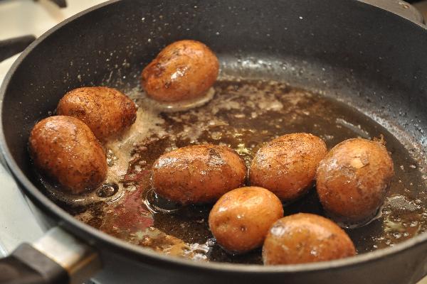 Растопить на сковородке сливочное масло и переложить туда картофель. До обжарки его необходимо насухо вытереть бумажным полотенцем