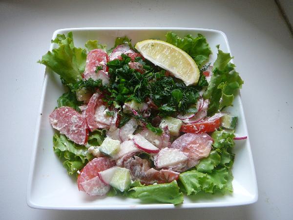 Добавляем заправку к овощам, посыпаем сверху мелко нарезанной зеленью и кладем дольку лимона. Вот и все.   Если у вас есть лук-шалот - обязательно его тоже добавьте.  Приятного аппетита!