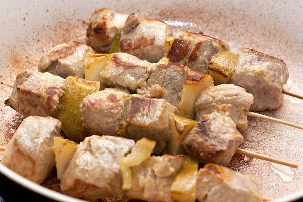Нанизывайте мясо на шпажки, чередуя его с дольками груши  или других выбранных вами фруктов и лимона (лайма).  Обжарьте на гриле или сухой сковороде, часто переворачивая, до готовности. В зависимости от силы огня и величины кусочков это может занять 7-15 минут.