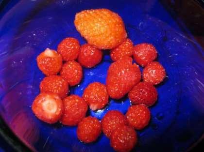 Предоставляем вам пошаговый рецепт десерта из слоеного теста с творогом и ягодами с фотографиями.Для приготовления десерта можно использовать как свежие ягоды, так и замороженные. Вначале промойте ягоды и разморозьте слоеное тесто. Творог перетрите через сито и соедините с сахаром. Белок одного яйца слегка взбейте и добавьте к творогу.