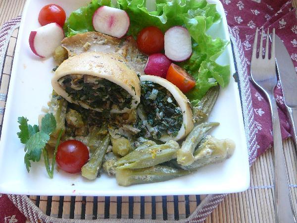 Выкладываем бамию и кальмара на лист салата, чтобы соус собирался на нем, поливаем ложкой соуса и наслаждаемся. Приятного аппетита!