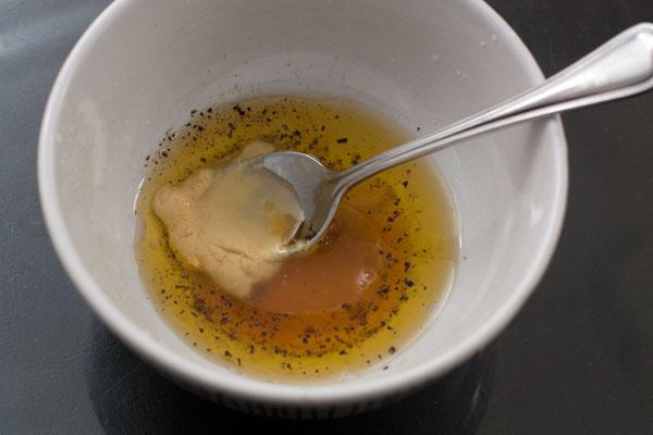 Для заправки смешайте горчицу, масло и лимонный сок, добавьте чайную ложку текучего меда, соль и перец. Размешайте до однородности.