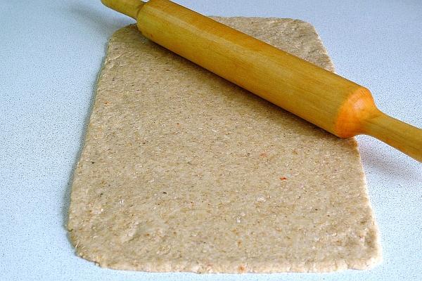 На присыпанной мукой поверхности раскатать тесто в прямоугольник толщиной 4мм.