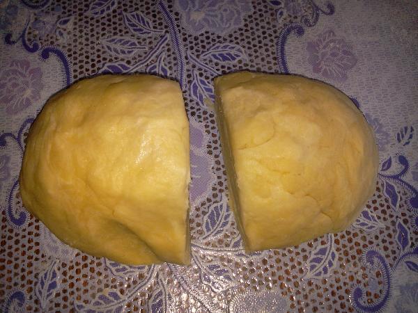 Постепенно налить холодную воду (добавьте лед в стакан с водой) и замешать тесто. Разделите его на 2 части.