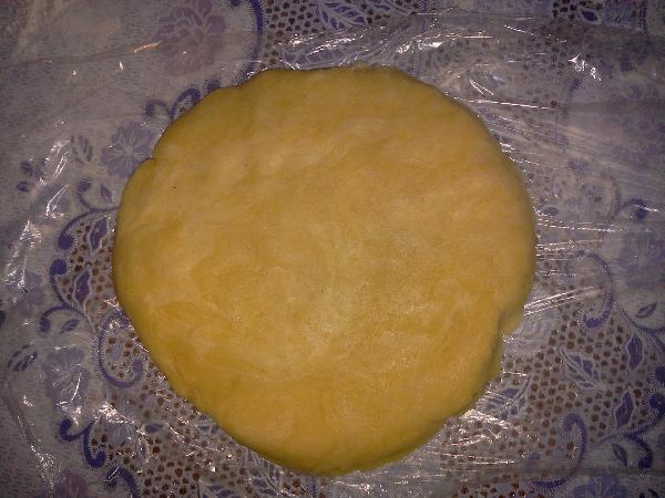 Тесто раскатайте размером с диск, оберните полиэтиленовой пленкой и уберите в холодильник на час.  Приступайте к приготовлению яблок.