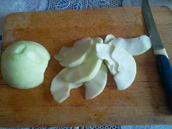 Яблоки очищаем от шкурки, вынимаем сердцевину и нарезаем дольками (диаметр 3-5 мм.)