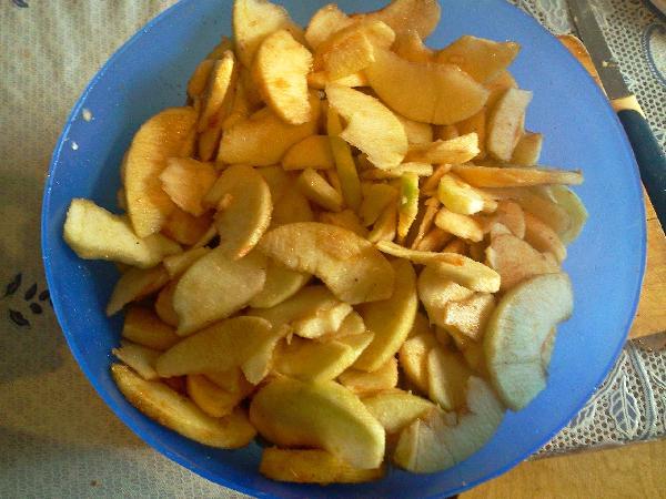 В большой миске смешиваем нарезанные яблоки с сахаром, лимонным соком, молотой корицей, мускатным орехом и солью. Оставить минут на 30.