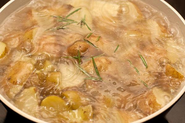 Посолите, добавьте в воду листочки розмарина, доведите до кипения и варите почти до готовности 10-12 минут.