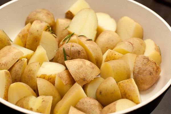 Слейте воду и дайте картофелю просохнуть, чтобы не оставалось влаги, иначе она будет мешать образованию красивой корочки.   Можно просушить картошку на небольшом огне.