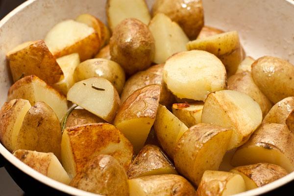 Добавьте в сковороду масло и обжаривайте на средне-сильном огне, периодически помешивая, чтобы картошка равномерно обжарилась со всех сторон.