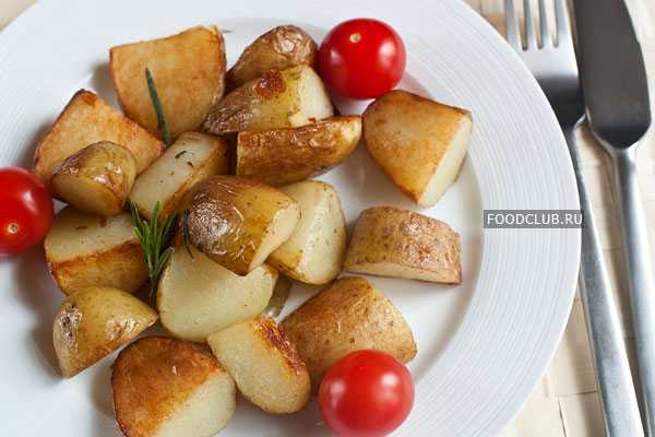 Подавайте на стол сразу же, в горячем виде. Можно есть картофель как гарнир или как самостоятельное легкое блюдо со свежими овощами.